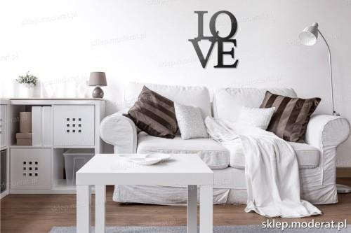 napis Love nad kanapą