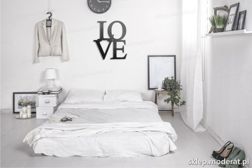 napis na ścianę Love w nowoczesnej sypialni