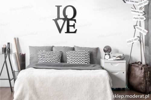napis na ścianę Love w nowoczesnym wnętrzu