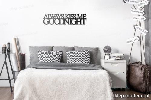 napis na ścianę Always kiss me goodnight w nowoczesnym wnętrzu