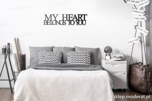 napis na ścianę My heart belongs to you w nowoczesnym wnętrzu