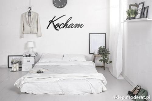 napis na ścianę Kocham w nowoczesnej sypialni
