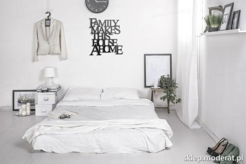 napis na ścianę Family makes this house a home w nowoczesnej sypialni