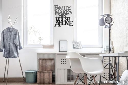 napis na ścianę Family makes this house a home w nowoczesnym wnętrzu