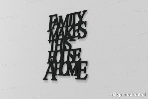 napis na ścianę z czarnej płyty hdf - Family makes this house a home - modny dodatek do wnętrz