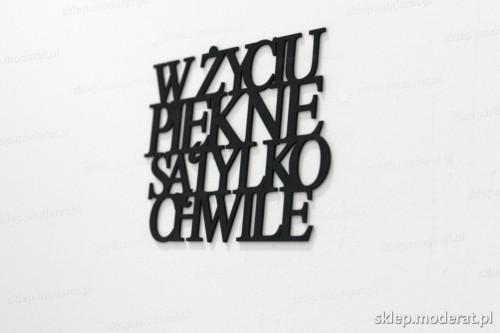 napis na ścianę z czarnej płyty hdf - W życiu piękne są tylko chwile - modny dodatek do wnętrz