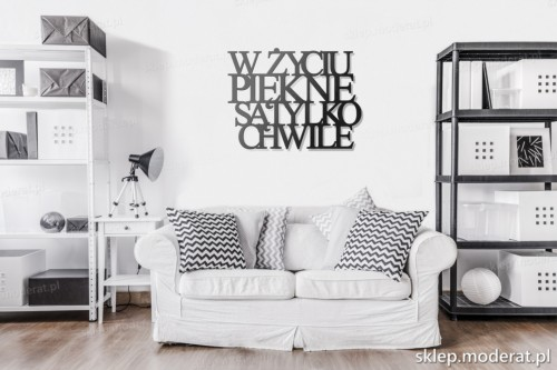 napis na ścianę W życiu piękne są tylko chwile w pokoju dziennym
