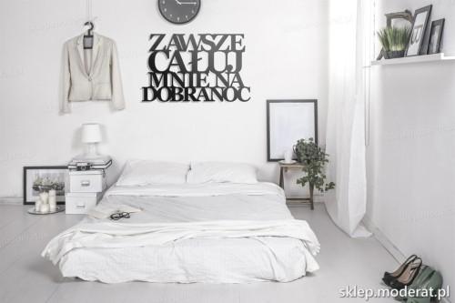 napis na ścianę Zawsze całuj mnie na dobranoc w nowoczesnej sypialni