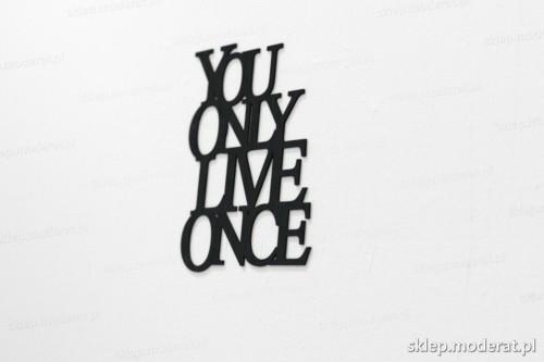 napis na ścianę z czarnej płyty hdf - You only live once - modny dodatek do wnętrz