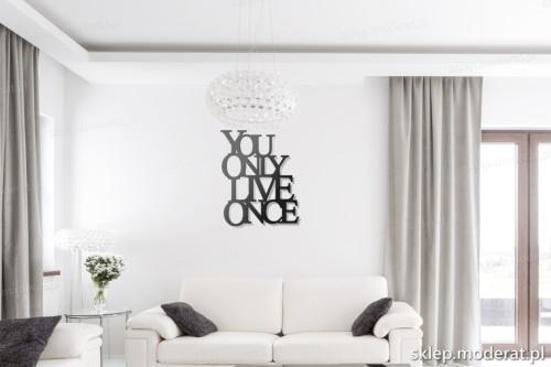 napis na ścianę You only live once do salonu