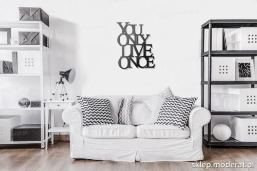 napis na ścianę You only live once w pokoju dziennym
