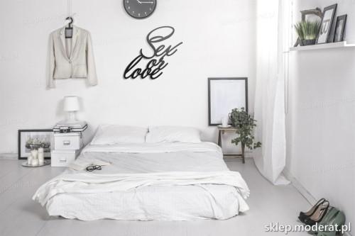 napis na ścianę Sex or love w nowoczesnej sypialni