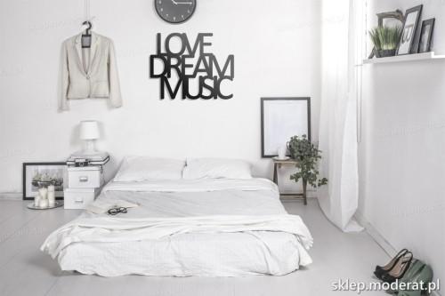 napis na ścianę Love dream music w nowoczesnej sypialni