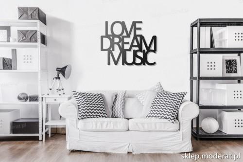napis na ścianę Love dream music w pokoju dziennym