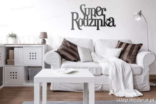 napis Superrodzinka nad kanapą