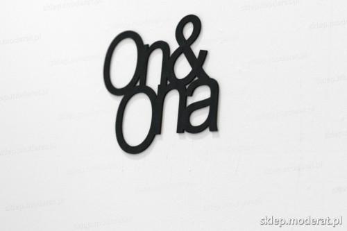 napis na ścianę z czarnej płyty hdf - On and ona - modny dodatek do wnętrz
