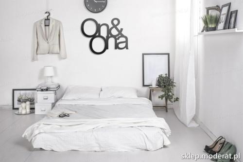 napis na ścianę On and ona w nowoczesnej sypialni