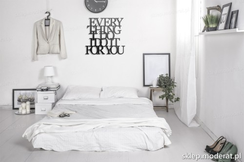 napis na ścianę Everything i do i do it for you w nowoczesnej sypialni