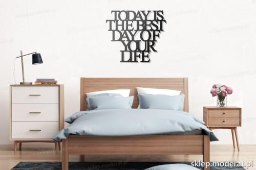 napis na ścianę Today is the best day of your life nad łóżkiem
