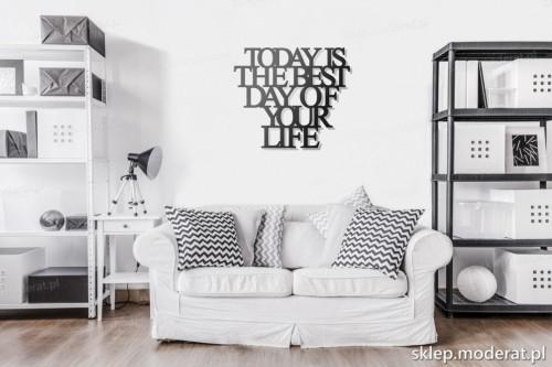 napis na ścianę Today is the best day of your life w pokoju dziennym