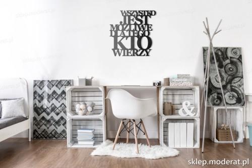napis na ścianę Wszystko jest możliwe nad biurkiem