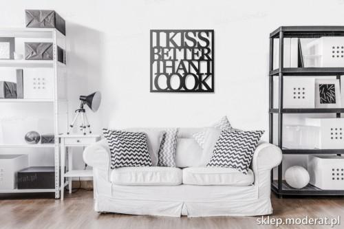 napis na ścianę I kiss better than i cook w pokoju dziennym