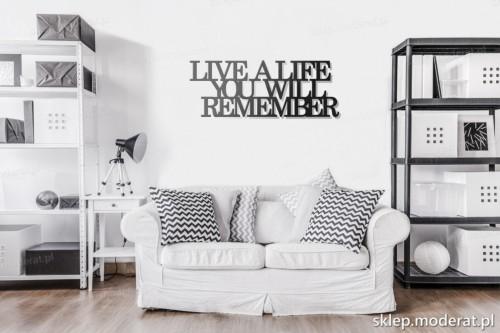 napis na ścianę Live a life you will remember w pokoju dziennym