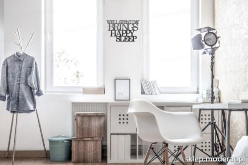 napis na ścianę Well spent day brings happy sleep w nowoczesnym wnętrzu